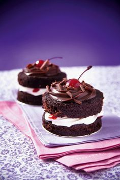 Minibolo floresta negra de chocolate com chantilly e cerejas