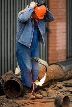Most of the dangerous works done by men and sometimes they don't care about safety first. Take a look at these 40 funny safety fail pictures of men that confirms why women live longer than men. People Doing Stupid Things, Stupid People, Crazy People, Funny People, Funny Images, Funny Photos, Hilarious Pictures, Safety Fail, Man Parts