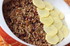 Ošúpeme si a nakrájame nadrobno 2 cibule. Pripravíme si panvicu, nalejeme trochu olivového oleja, rozpálime a dosklovita opečieme cibuľku. Cca 5 minút. Pridáme mäsko, poriadne premiešame s cibuľkou, pridáme rascu, korenie a miešame. Ak máte, dajte korenie na mleté mäsá. Je fantastické. Ku koncu pridáme mletú červenú papriku, aby nezhorkla. Vypneme a navrstvíme na zemiaky.