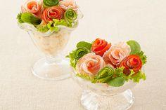 バラの花束のポテトサラダのレシピです。花束を贈る外国に倣ってバラのブーケをイメージしたポテトサラダを。スモークサーモンなどをバラの花のように巻いて作る簡単アレンジです。お子様と一緒に作っても◎