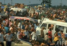 Woodstock 1969 Photos from LIFE Magazine The most famous rock festival ever was Woodstock, held in August 1969 on a farm town in Bethel, NY, USA. 1969 Woodstock, Festival Woodstock, Woodstock Hippies, Woodstock Music, Woodstock Concert, Jimi Hendrix, Bethel New York, Beatles, Woodstock Pictures