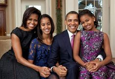 Michelle Obama Posts Family Photo With Barack And Their Daughters To Celebrate Thanksgiving Michelle Et Barack Obama, Michelle Obama Fashion, Malia Obama, Family Portraits, Family Photos, Donald Trump, First Ladies, Toni Braxton, Graduation Pictures