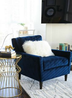 Elegant and modern blue velvet chair for stylish living room @pattonmelo