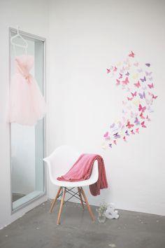 Passend zum Feiertag zeigen wir euch auf dem Blog, wie ihr Tonkarton Schmetterlinge als süße Wanddekoration basteln könnt.