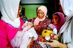 Akikah atau upacara sakral pemotongan rambut bayi baru lahir merupakan salah satu tradisi asli masyarakat Indonesia. Baju pink kerudung putih adalah ibu ku Nurhasanah, baju dan kerudung putih adalah istri kakak ku Tya, dia ibunda bayi Sea, dan baju motif kembang merah sedang memotong rambut adalah nenek dari ibu ku Enya..