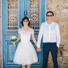 Esta novia feliz agrega solo un poco de sensualidad con un estilo que expone los hombros. | 17 Novias que lucen vestidos de boda cortos