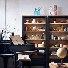 Mesmo que o mundo esteja de pernas para o ar, uma coisa é certa: a nossa casa continua a ser o nosso refúgio. E se arrumar faz bem, poupar faz ainda melhor: na IKEA, vão encontrar soluções tão sustentáveis quanto acessíveis para arrumar — e relaxar. Ikea Inspiration, Living Room Furniture Inspiration, Hemnes, Ikea Living Room, Small Living Rooms, Armoire Ikea, Ikea New, Sofa Shop, Hanging Storage