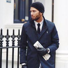 Acheter+la+tenue+sur+Lookastic:+https://lookastic.fr/mode-homme/tenues/trench-blazer-chemise-de-ville/21191+  —+Bonnet+noir+ —+Chemise+de+ville+blanche+ —+Cravate+en+tricot+noir+ —+Blazer+bleu+marine+ —+Trench+bleu+marine+ —+Gants+en+cuir+noir+