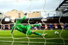 """Begovic: """"É quase impossível pegar um pênalti de Hazard"""""""
