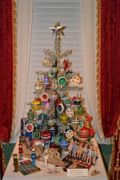 American WWII Christmas tree :) similar to today's but a lot more ornaments. Vintage Christmas Photos, Antique Christmas, Noel Christmas, Vintage Christmas Ornaments, Modern Christmas, Retro Christmas, Vintage Holiday, Christmas Goodies, Beautiful Christmas