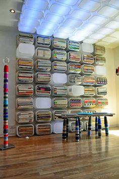 Estantería y luminaria hecha con cajas de Ikea