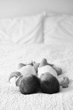 Bien qu'une grossesse gémellaire est très épuisante pour la future maman, avoir des jumeaux est une chance magnifique. On sait qu'élever deux petits bouts