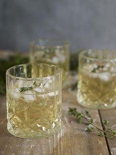 Akevitt- og timiancocktail Oppskrift 4 cl O.P. Anderson Extra Aquavit 2 cl timiansirup (se oppskrift under) Isbiter Farris Fersk timian til pynt Fyll et whiskeyglass med isbiter. Tilsett akevitt og timiansirup. Fyll glasset opp med Farris. Pynt glasset med en timiankvist. Timiansirup: Varm opp 2 dl vann og 2 dl sukker i en gryte og rør rundt til sukkeret er oppløst. Det skal ikke koke. Tilsett en håndfull fersk timian og la sirupen trekke i 15 minutter.