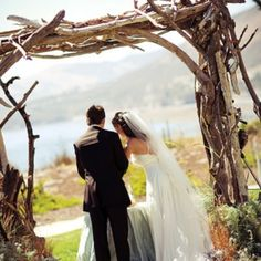 Vineyard weddings are very romantic, it's a good way to mix natural, rustic and vintage in one wedding. Use all the advantages of the venue you've chosen: grapevine, wine barrels, bottles, grapes and lush greenery.