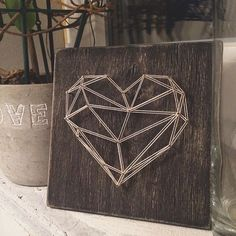 ARTS & CRAFTS The whole thing is in the details . The basis is plywood. String Wall Art, Nail String Art, String Art Heart, Diy Home Crafts, Arts And Crafts, String Art Patterns, Doily Patterns, Geometric 3d, Ideias Diy