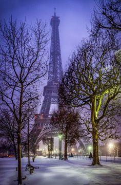 Torre Eiffe sob neve. Paris, França.