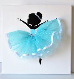 Satz von drei handgemachte Leinwände mit tanzen Ballerinas in weiß und Aqua blau Tutus.  Jede Leinwand ist 10 X 10. Hintergrund und TänzerInnen werden mit Acrylfarbe gemalt.  Tänzer sind mit Tüll-Kleider, Seidenbänder und Perlen verziert.   Süße Geschenkidee für Baby-Dusche oder alle Ballerina-Liebhaber.  Sonderanfertigungen sind jederzeit willkommen.