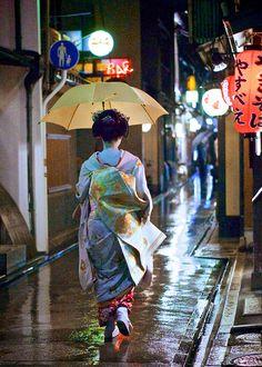 fuckyeahjapanandkorea: One Rainy Night in Kyoto (by Jake Jung) Japanese Geisha, Japanese Beauty, Japanese Kimono, Japanese Art, Japanese Style, Umbrella Art, Under My Umbrella, Ikebana, Yukata