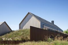 Pierson& Way Residence von Bates Masi Architekten in East Hampton, New York Cedar Shingle Homes, Shingle Siding, Hamptons New York, Agricultural Buildings, Modern Architects, Modern Barn, East Hampton, Residential Architecture, Vernacular Architecture
