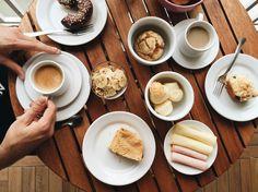 Siga no Instagram @apartamento.33 e @tudoorna // www.tudoorna.com Snapchat, Dessert Recipes, Desserts, Latte, Coffee, Tableware, Instagram Posts, Food, Style