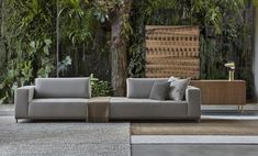 Além de dar um ar moderno ao décor, sobrepor tapetes cria uma composição única, deixando o espaço personalizado. É também uma ótima solução para quem quer usar os tapetes que gosta, mas tem um só ambiente para colocá-los.