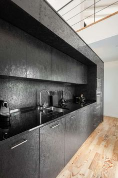 Schwarze OSB Platten für eine Küche                                                                                                                                                                                 Mehr