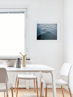 Ida Cederlöf stylist | foto Joakim Johansson white dining room picture of the sea dark blue