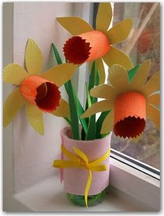 Pretty paper plate daffodils for kids to make. A lovely craft for Spring.