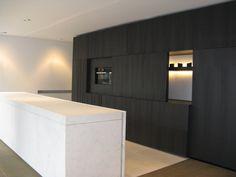 Moderne keuken | donker hout | wit | schuifdeursysteem kastenwand...