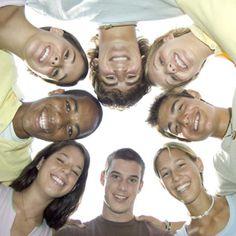 La nueva generación de millennials ha revolucionado la publicidad y la actuación de las marcas. Ellos se han convertido en el centro de las investigaciones de marketing, aunque hay que tener claro que no todas las pautas son siempre aplicables a todas las marcas y a todas las acciones.  Aun así, aquí les dejamos cinco consejos que pueden ayudarle a conseguir que su marca entre a formar parte del futurollegando a estos jóvenes revolucionarios.  1. Los millennials celebran los propósitos de…
