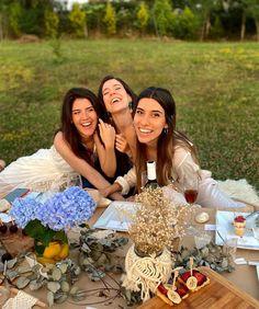 """Instagram'da Sera Su Saglam: """"Ne demek, """"Gelini öpebilirsiniz"""" dendiğinde yerinden kalkamazsın o anons en yakın arkadaşa değil mi?😲 #fam"""" Istanbul Turkey, Instagram"""