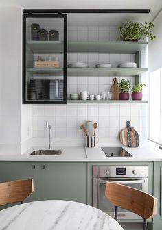 Apartamento de 30 m² tem espaço para tudo (Foto: Evelyn Müller ) Let us see Small Kitchen Ideas and Designs. Home Decor Kitchen, Rustic Kitchen, Interior Design Kitchen, New Kitchen, Kitchen Ideas, Kitchen Modern, Kitchen Industrial, Kitchen Lamps, Kitchen Small