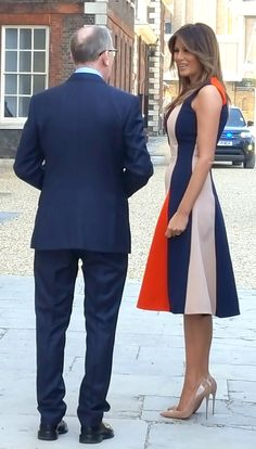 The US First Lady Melania Trump, accompanied by Philip May (left) the husband of Prime Minister Theresa May, arrives at the Royal Hospital, Chelsea, L. Donald And Melania Trump, First Lady Melania Trump, Melania Trump Dress, Milania Trump Style, Ivanka Trump, Us First Lady, Moda Vintage, Fashion Line, Victoria Beckham