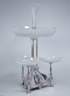 Belo centro de mesa, de metal espessurado a prata e cristal translúcido, lapidação bico de jaca, est