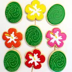 Corações de Tefiti e hibiscos da #moana  #aulasdebiscoitosdecorados #aulasthecookieshop #auladecookie #cookiesdecorados #biscoitosdecorados #cookieclass #royalicing #glacereal #encontrandoideias