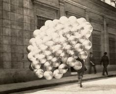 Buenos Aires, un vendedor de globos fotografiado por N.W. Gulick en 1921