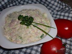 Do misky nastrouháme nejemno vejce a kyselou okurku, přidáme nadrobno nasekanou cibulku a šunku, podle chuti přisypeme nasekanou pažitku, osolíme, opepříme a vmícháme majonézu.Pomazánku necháme před podáváním chvíli odležet v chladu.Mažeme na pečivo a zdobíme kouskem rajčete.