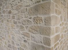 Vista detalle de la esquina de la casa restaurada con piedra. Hardwood Floors, Flooring, Brick And Stone, Pop Up, Tile Floor, Exterior, Nature, Facades, Stone Facade