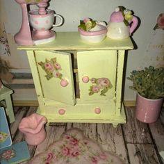 ♥ 1 Schrank Holz Rosen Tilda shabby chic ROSA Miniatur Puppenstube 1:12 ♥