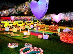 O jardim da casa BBB foi coberto de Paz e Amor para a festa que celebra a Era de Aquário