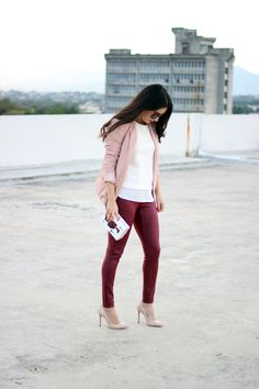 Burgundy Pants Outfit, Pink Blazer Outfits, Colored Jeans Outfits, Burgundy Jeans, Cute Outfits, Maroon Jeans, Fall Outfits For Work, Spring Outfits, Outfit Pantalon Vino