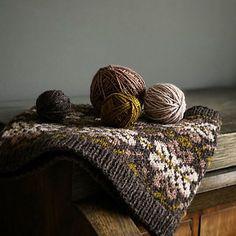 Ravelry: Molly Cowl pattern by shinysuperhero Needles Sizes, Ravelry, Cowl, Blanket, Pillows, Pattern, Bed Pillows, Blankets, Cushion