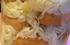 1 Připravíme nálev – chvíli povaříme 1,5 litru vody s octem, cukrem a kořením.  2 Cibule nakrájíme na kolečka. Párky nařízneme uprostřed a plníme cibulí.  3 Do velké sklenice od okurek dáme na dno cibuli a kysané zelí. Na to rozložíme párky.  4 Následuje vrstva cibule a zelí, přidáme trochu kapie. Opět dáme párky a takto pokračujeme do naplnění sklenice.  5 Vše zalijeme vychladlým nálevem.  6 Zavřeme a necháme několik dní uležet. Chicken, Food, Meal, Essen, Cubs