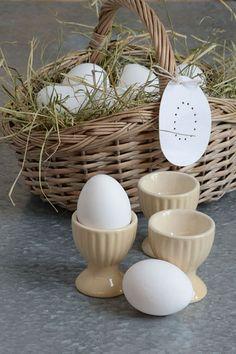 Pro vytvoření velikonoční dekorace stačí někdy jen málo: proutěný košík, trocha sena nebo čerstvé trávy a pár vajíček.