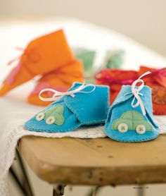 DIY Baby Gifts - Felt Baby Booties - Homemade Baby Shower Presents and Creative, Cheap Gift Ideas for Boys and Girls - Unique Gifts for the Mom and Dad to Be - Blankets, Baskets, Burp Cloths and Easy No Sew Projects Felt Booties, Felt Baby Shoes, Baby Booties, Diy Gifts To Make, Diy Baby Gifts, Baby Shower Gifts, Baby Turban, Love Sewing, Baby Sewing