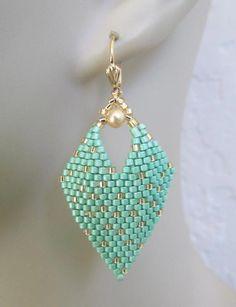 beaded earrings how to make Seed Bead Jewelry, Beaded Jewelry, Beaded Bracelets, Bead Embroidery Patterns, Beading Patterns, Beaded Earrings Patterns, Earring Tutorial, Leaf Earrings, Hoop Earrings