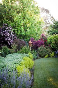 30 Best Front Yard And Backyard Landscaping Ideas on A Budget - DIY Gartengestaltung Landscaping Shrubs, Garden Shrubs, Small Backyard Landscaping, Landscaping Ideas, Inexpensive Landscaping, Landscaping Company, Backyard Ideas, Most Beautiful Gardens, Beautiful Flowers Garden