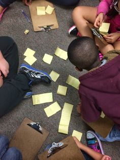 Students combine individual post-it notes with facts to learn from each other and form a summarizing paragraph.