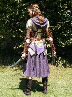 Double Daggers Experts in this style are fast an deadly, their blades slicing through enemies' defenses--and throats--before they have time to react. Costume Viking, Larp Costumes, Elf Costume, Pirate Costumes, Armor Clothing, Gypsy Clothing, Elfa, Female Armor, Leather Armor