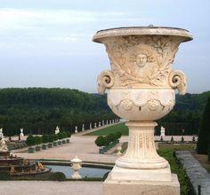 Le vase du Soleil  La tête du dieu Soleil Apollon, entourée de rayons, rappelle l'emblème choisi par Louis XIV. Les vases, qui peuvent être copiés sur ceux de la Rome antique, évoquent parfois un événement plus récent.